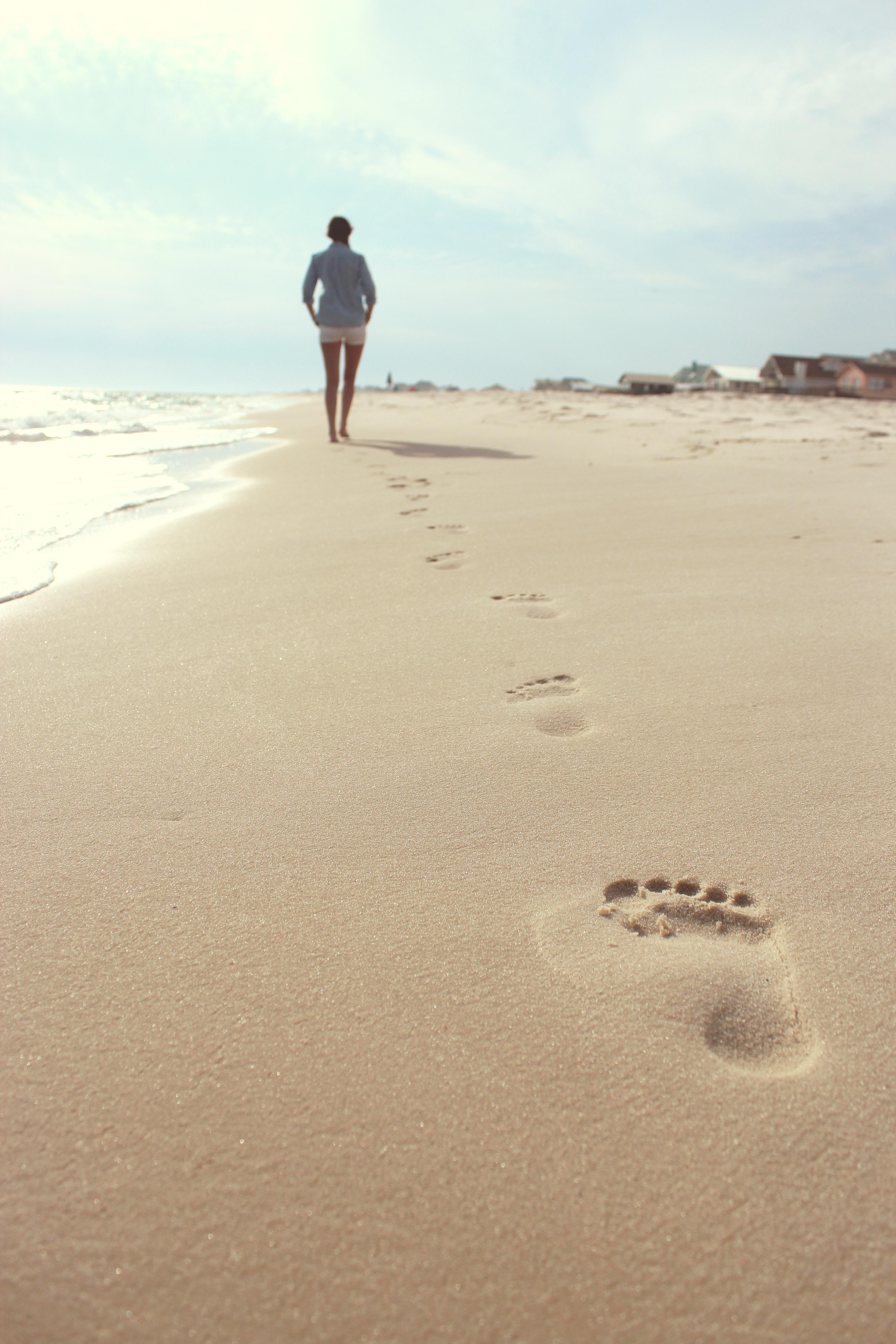 Des traces de pas sur la plage