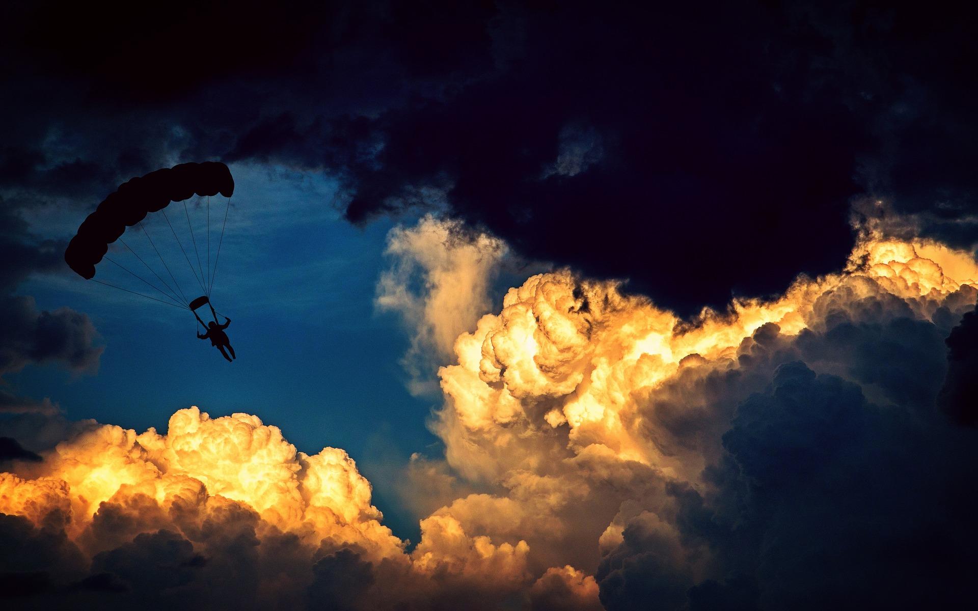Parapente dans les nuages