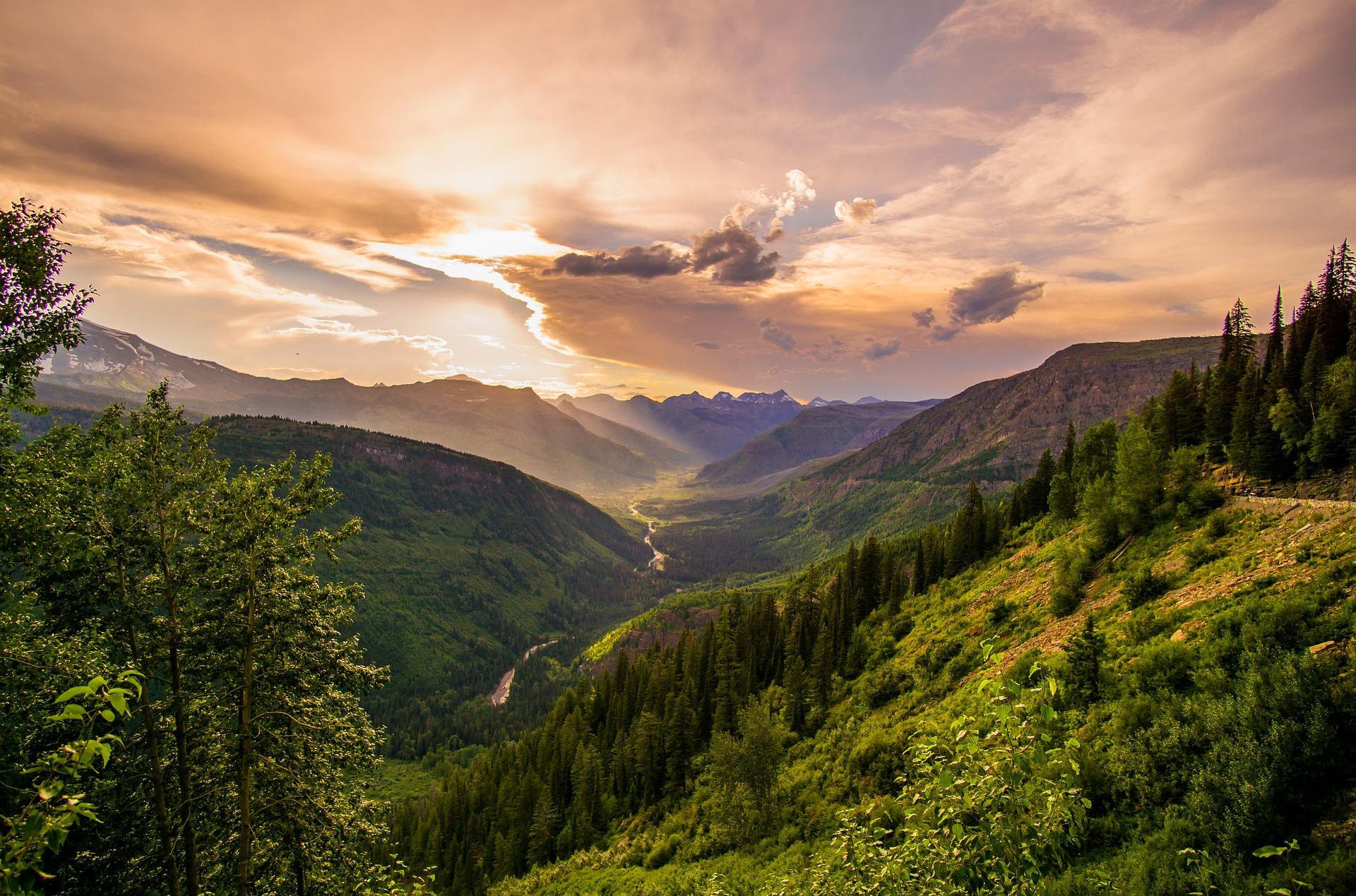 Vallée sous les nuages