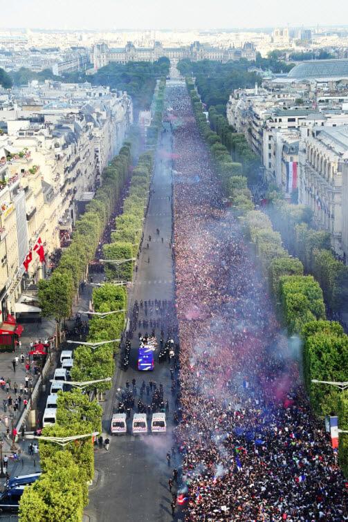 Le bus des Champions du monde défile sur les Champs-Elysées.