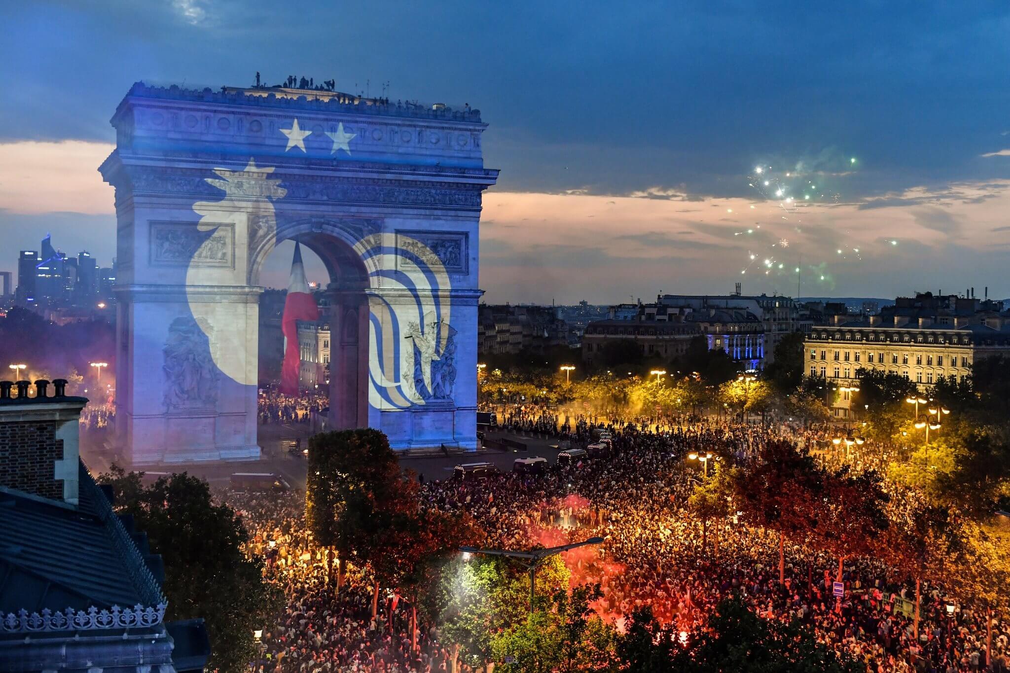 Le Coq des Bleus a deux étoiles sur l'Arc de Triomphe
