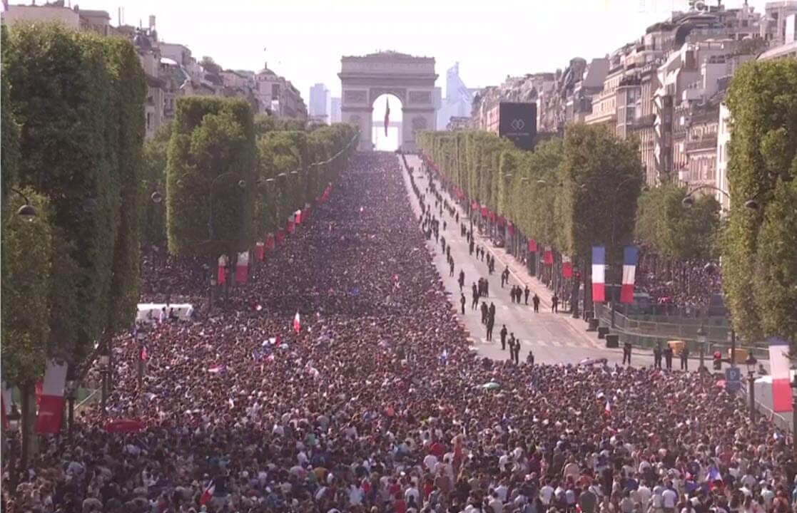 La foule se masse aux Champs Elysées pour l'arrivée des Bleus après leur victoire à la Coupe du Monde 2018