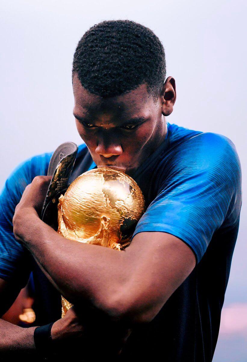 Pogba embrasse le trophée de la Coupe du Monde 2018